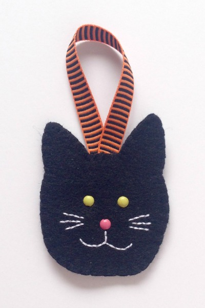 Felt Halloween Ornaments Set 2 Tutorial and Free Pattern - Black Cat - Felt With Love Designs