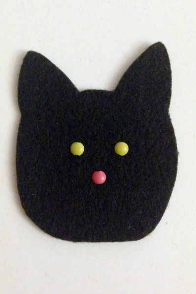 Felt Halloween Ornaments Set 2 Tutorial and Free Pattern - cat eyes - Felt With Love Designs