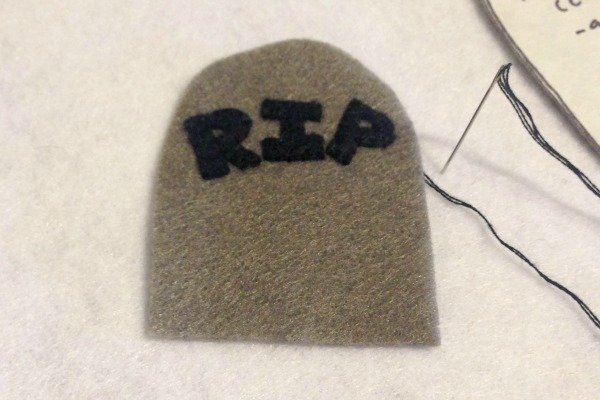Felt Halloween Ornaments Tutorial and Free Pattern - Tombstone RIP - Felt With Love Designs